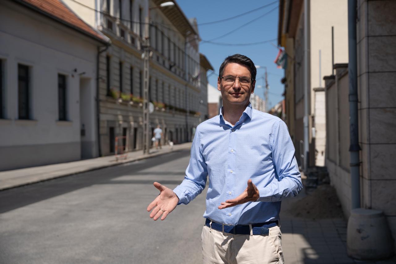 KÁOSZ ÉS PAZARLÁS - Németh Zoltán alpolgármester szerint a főváros nem tudja teljesíteni az önkormányzat kéréseit, ezért ősszel is lesznek még munkálatok a Kossuth Lajos utcában.